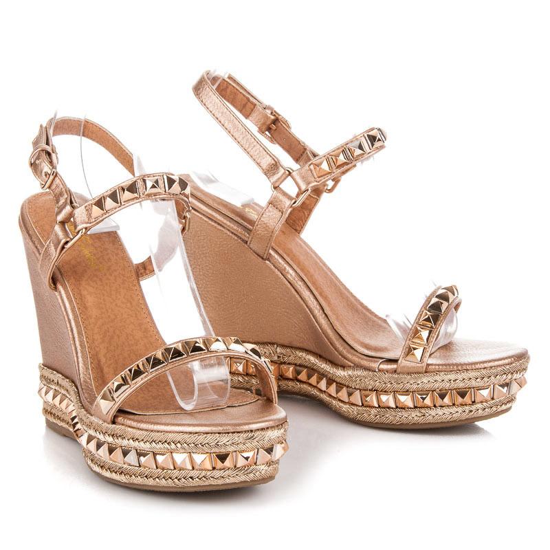 9bd96e4fde81 Klasické béžové sandále na kline s cvokmi - Dámske prádlo a doplnky
